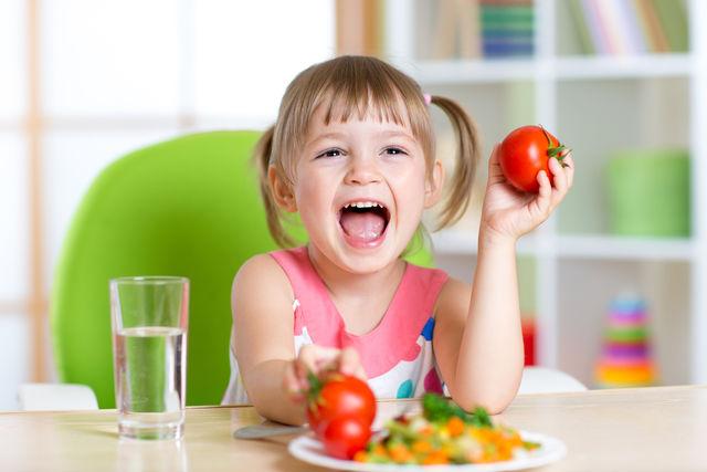 Здорово, если у ребенка есть собственное место за столом, своя тарелка и свои столовые приборы
