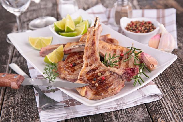 Блюда с бараниной запивают горячими напитками и долго не хранят, так как мясо быстро теряет свои вкусовые качества