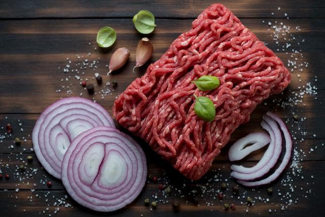 Если покупаете говядину, берите грудинку и лопатку, а выбирая свинину, остановите свой выбор на лопатке или шейной части