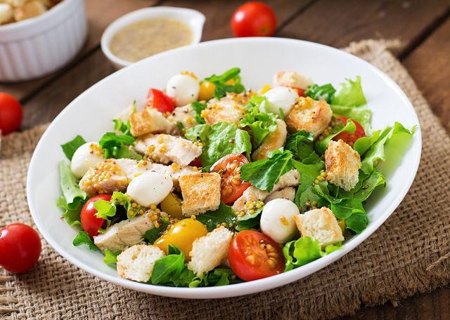 Сытный салат с пикантной заправкой