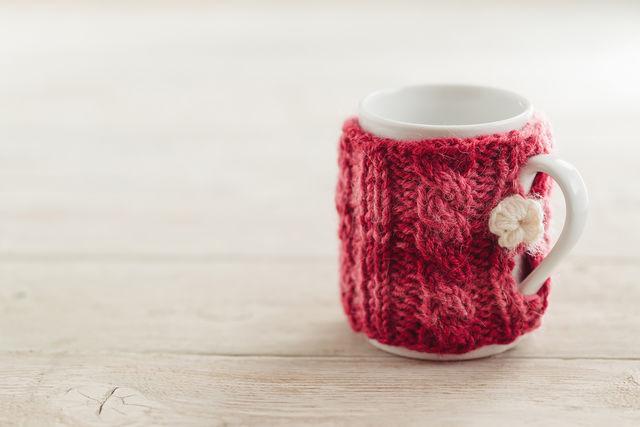Уютный вязаный чехол на чашку