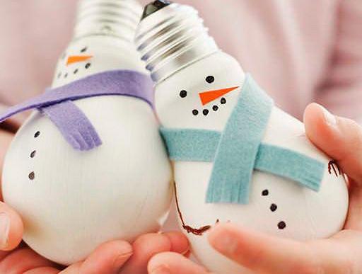 Фото: pinterest. Елочные игрушки из лампочек