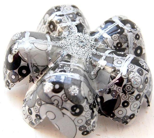 Фото: pinterest. Декорированная снежинка из пластиковой бутылки