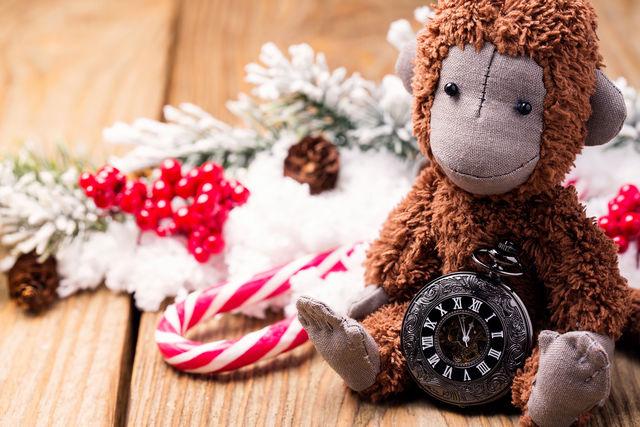 Символ года — игрушечная обезьянка