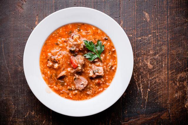 Известно, что когда-то словом «харчо» называли говядину в соусе из грецких орехов и тонких пластинок сушеного сливового пюре тклапи