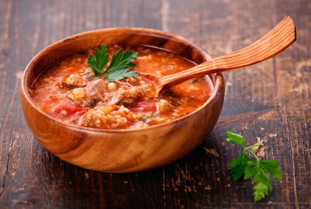 В некоторых рецептах харчо можно встретить и томаты — обычно их используют без кожицы в измельченном виде