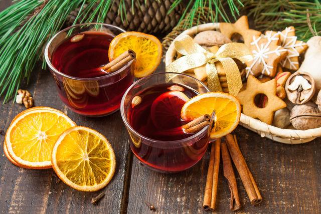 Вместо традиционного сока к праздничному столу можно подать необычные горячие напитки со специями — грог, глинтвейн, чай масала, имбирный напиток с медом, марокканский чай с бадьяном