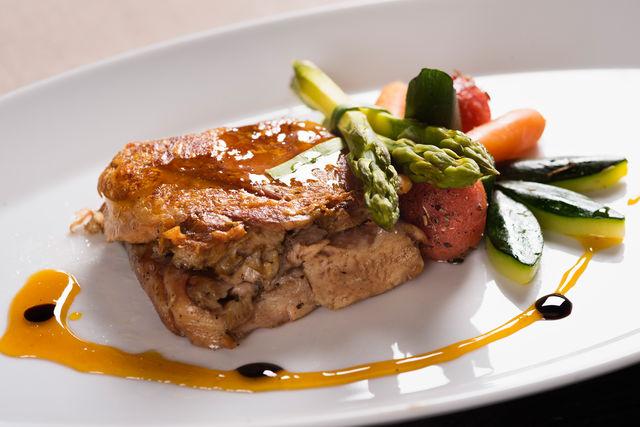 Кулинарные эксперты рекомендуют разные рецепты соусов ─ медово-имбирный с горчицей, сметанно-яблочный со шпинатом