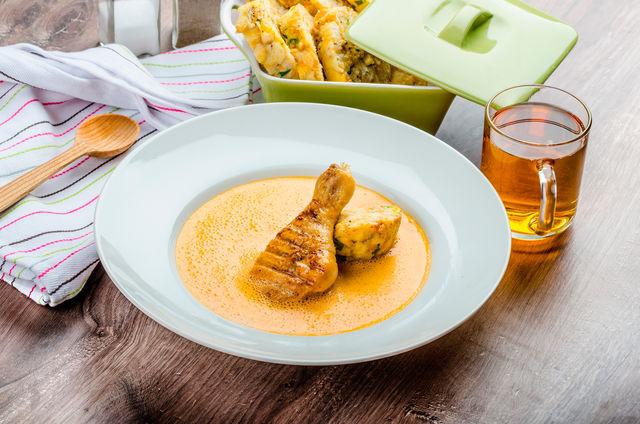 Пикантная тушеная в пиве курица особенно понравится мужской части гостей
