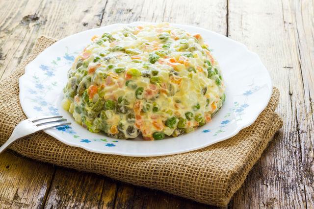 Классический расчет картофеля и яиц в салате прост — их должно быть ровно столько, сколько гостей за столом