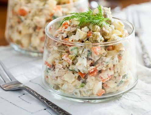 Фото: pinterest. Подавать оливье можно как в салатнице, так и порционно, в тарталетках или бокалах