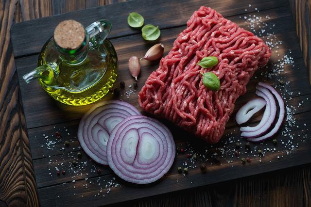 В начинку добавляют и другие продукты: овощи, грибы, сыр, яйца, орехи, крупы, сухофрукты, травы и специи