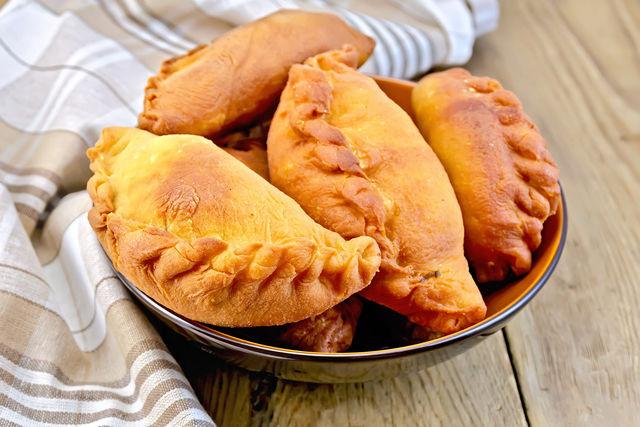 Аромат жареных или печеных пирожков с мясом невозможно утаить
