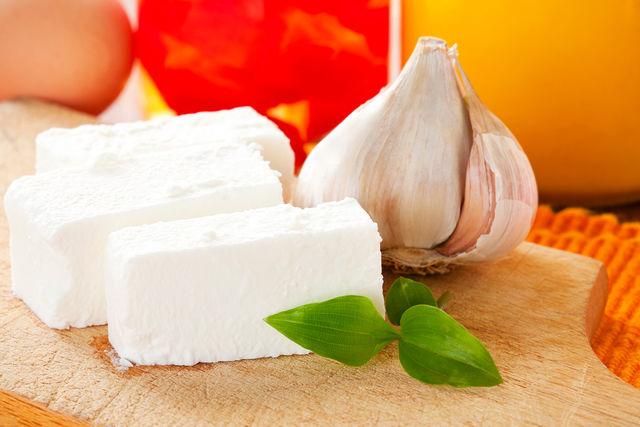 Сыр готов — осталось лишь охладить его и подавать со свежим хлебом или макаронами