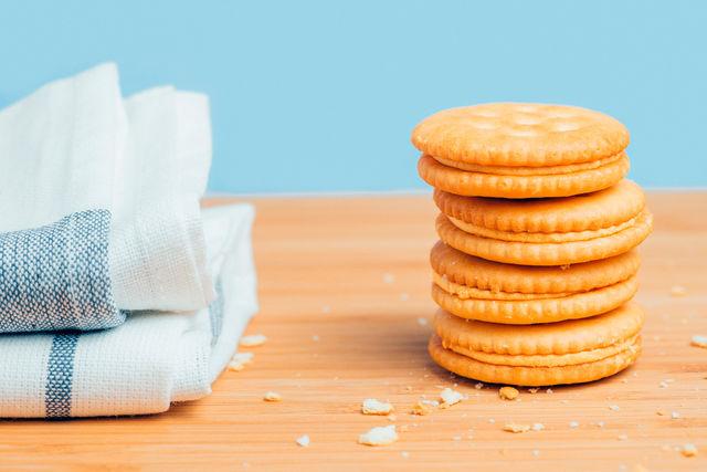 Готовые крекеры можно соединить между собой в виде сладкого бутерброда ореховой или шоколадной пастой