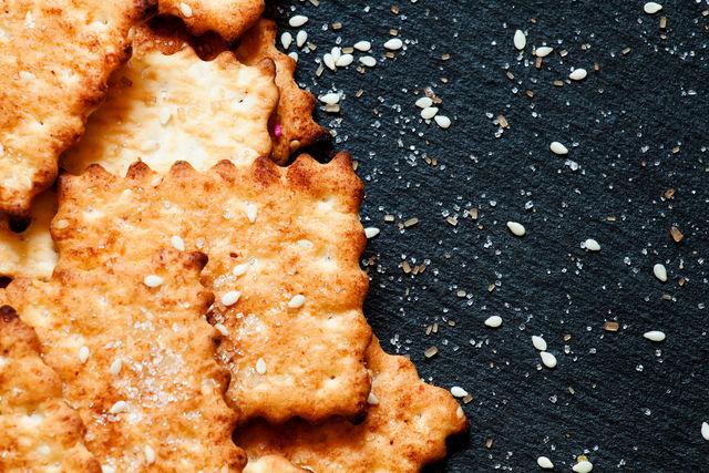 Пикантные кунжутные крекеры вкусны сами по себе с чаем, кофе и молоком