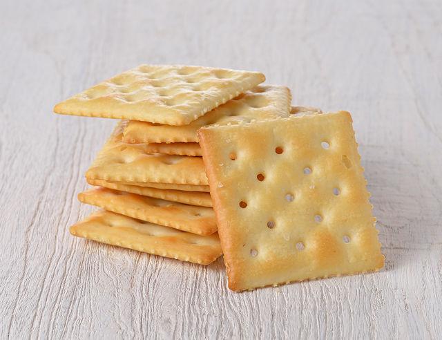Дайте крекерам остыть прямо на листе и только потом снимайте, иначе печенья могут сломаться