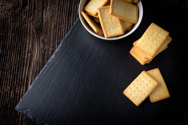 Дырочки в домашних условиях можно делать любым острым предметом — ножом, вилкой, трубочкой для коктейля или деревянной палочкой