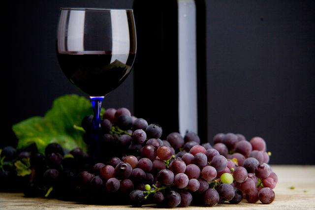 Чтобы ощутить всю его полноту, вино рекомендуется подавать с мясными блюдами