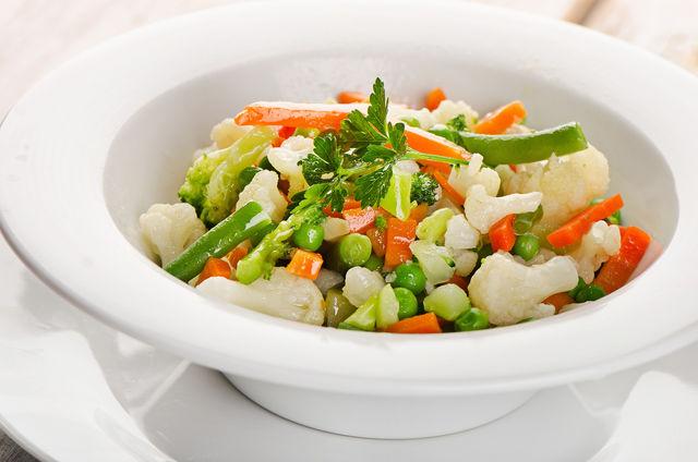 Паровые овощи, мясо и рыбу едят с зеленью, сметаной, тертым сыром, сливочным или оливковым маслом, сливками или соусом