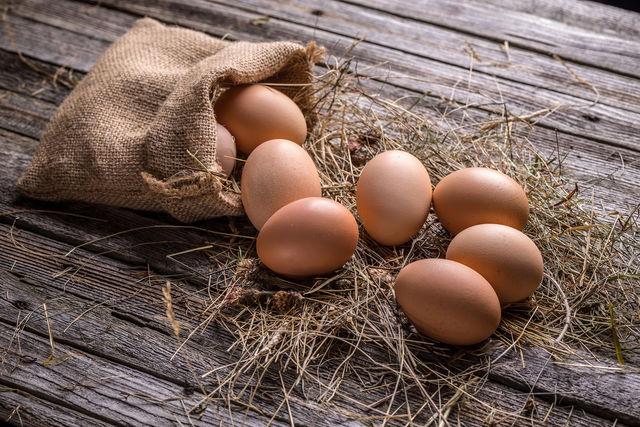 Опустите сырые яйца в миску с холодной водой — свежие яйца сразу утонут, а протухшие будут плавать на поверхности