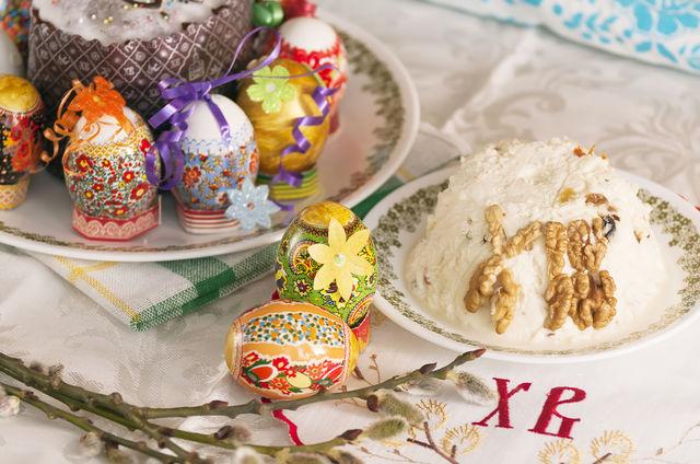 Украсить этот изумительный пасхальный десерт можно тертым шоколадом, орехами, ягодами и фруктами