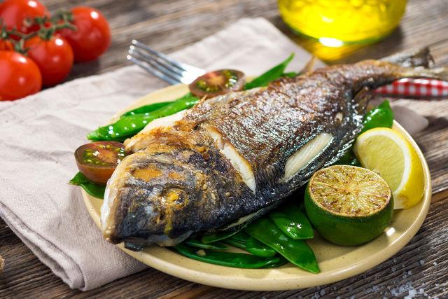 Ароматная рыба, приготовленная на гриле