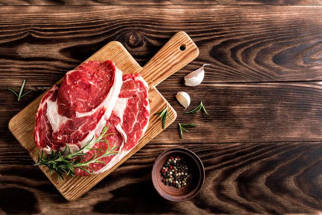 Самое главное, чтобы мясо не было парным, иначе стейк получится жестким, а его вкус, который как раз обеспечивает ферментация, не будет таким насыщенным и богатым