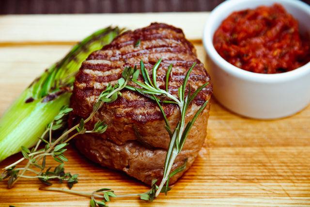 Стейк можно подавать целиком или нарезанным на ломтики, на подогретой тарелке с любым соусом