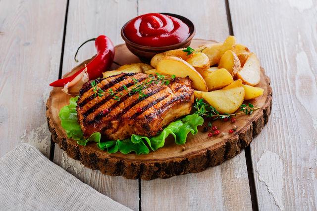 Не забывайте также обжаривать и боковые края стейка, держа его для удобства щипцами для мяса