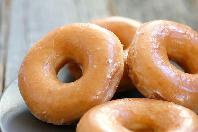 Если вы готовите дрожжевые пончики, используйте только очень свежие дрожжи и просеянную муку, чтобы сладкие пирожки были пышными