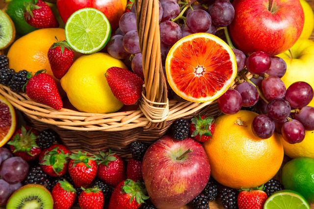 Фрукты нужно хорошо помыть, высушить и очистить от кожуры (если речь идет об ананасе и цитрусовых), косточек и плодоножек