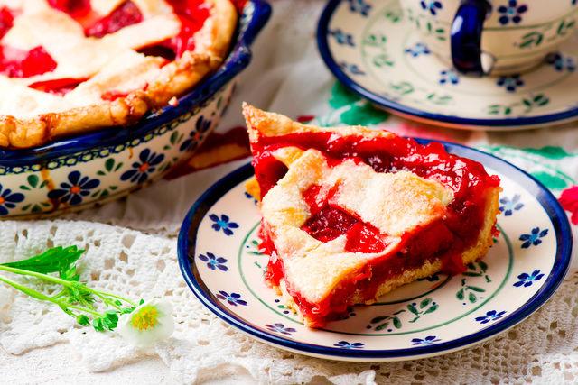 Слоеный клубничный пирог