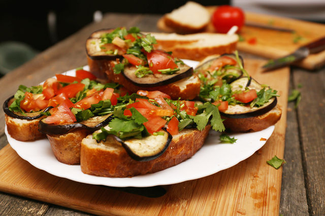 Перед подачей сбрызните брускетты оливковым маслом с лимонным соком, и домашние точно не устоят