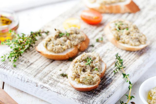 Украсьте брускетту розмарином — оригинальная закуска готова
