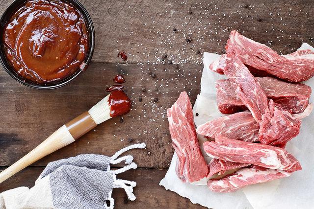 В маринад для ребрышек барбекю добавляют разные ингредиенты