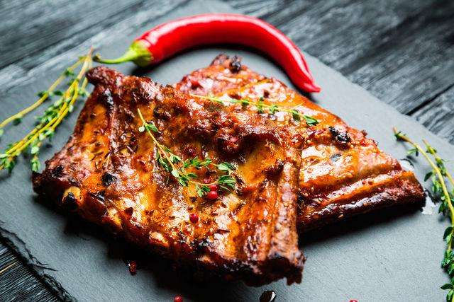 Чтобы мясо получилось нежным и одновременно хрустящим, жарьте сначала на медленном огне, а в конце на сильном, чтобы образовалась румяная корочка