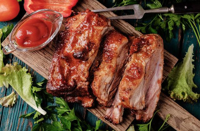 Хорошо, если в духовке есть режим гриля, тогда в самом конце можно оставить мясо под грилем на 10 минут