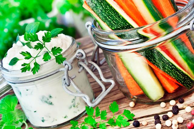 Такой салат можно подавать и раздельно: нарежьте овощи — огурец, кабачок, морковь, сладкий перец — соломкой и подавайте их с соусом