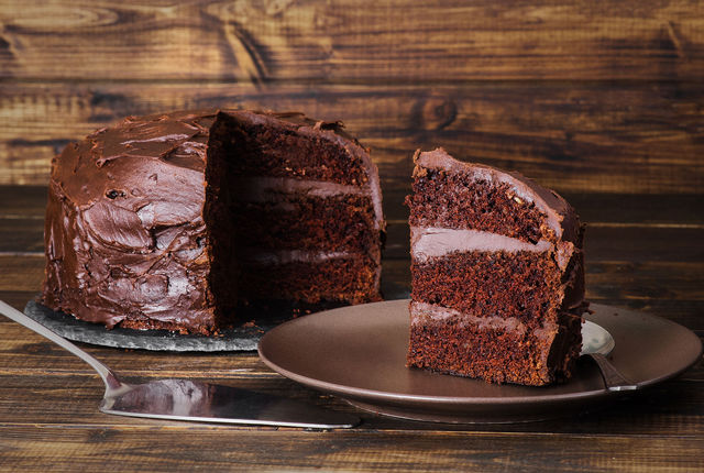 Дайте торту отдохнуть в холодильнике пару часов, и можно угощать любимых