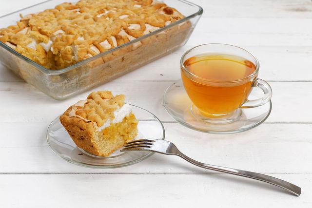 Нарежьте готовый торт аккуратными ромбиками — у вас получатся симпатичные пирожные, которые идеально подойдут для летнего чаепития в семейном кругу
