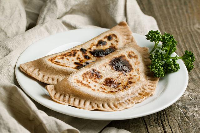 Азербайджанские повара кладут сверху большой кусок сливочного масла, которое стекает, пропитывая лепешки, делая их мягкими и сочными