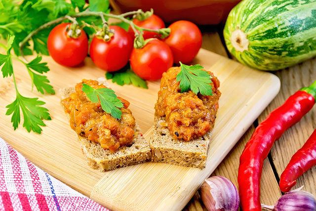 Этот рецепт овощной икры на зиму покорит всех окончательно, если вы добавите горсть молотых грецких орехов