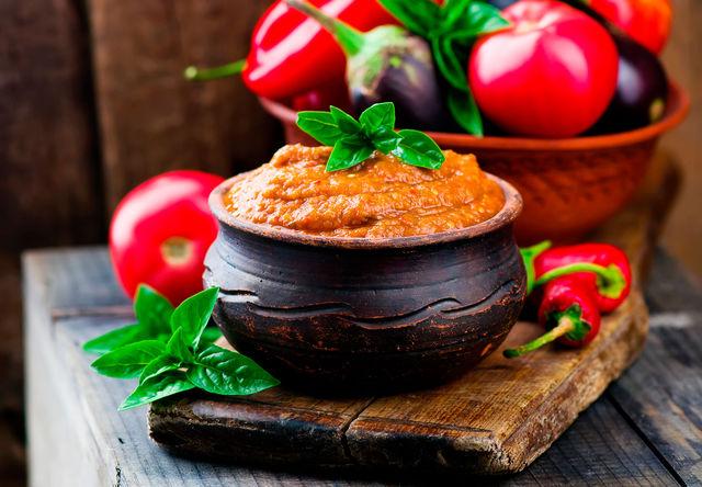 Главное правило для рецепта вкусной баклажанной икры — поменьше подвергать овощи тепловой обработке