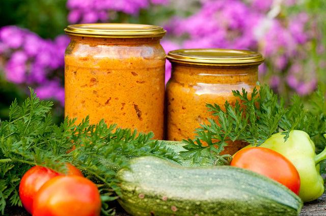 Овощи для икры тушат и в мультиварке, добавляя минимум масла, чтобы закуска получилась низкокалорийной