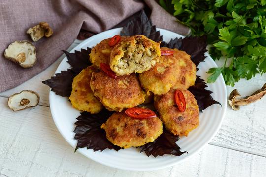 Картофельные зразы особенно хороши со сметаной или томатным соусом