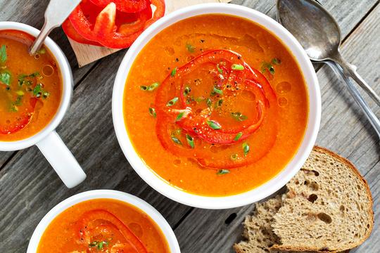 Суп–пюре из болгарского перца удачно дополнят хрустящие сухарики