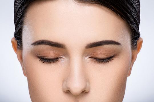 Самое простое и эффективное, что можно сделать с маслом — втереть его в брови и оставить впитываться на 30 минут