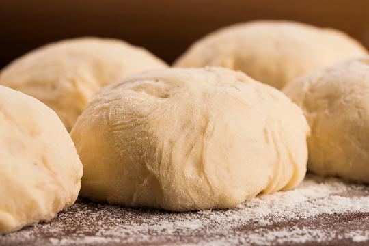 Тесто замешивают достаточно крутым, ведь ему придется удерживать несколько слоев начинки во время выпечки