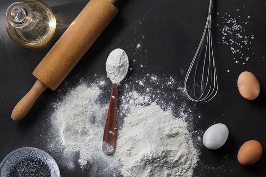 Дрожжевое тесто ставят на сухих или прессованных дрожжах, с молоком или водой, но обязательно — с растительным маслом